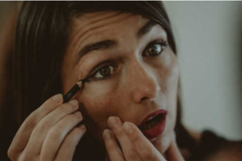 apply liner smoothly, How to prevent your eyeliner from smudging tips