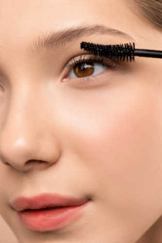 Use waterproof mascara to prevent eyeliner from smudging